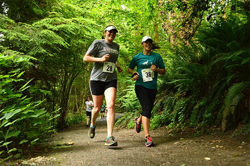 ravenna-two-women-running